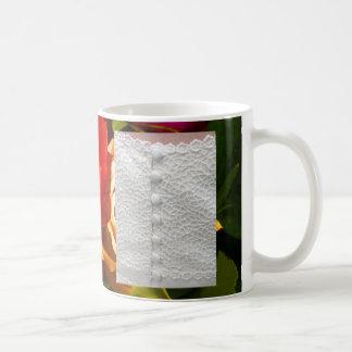 Robe de mariage blanche avec les roses jaunes mug blanc