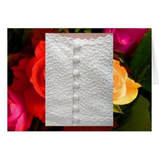 Robe de mariage blanche avec les roses jaunes roug cartes de vœux