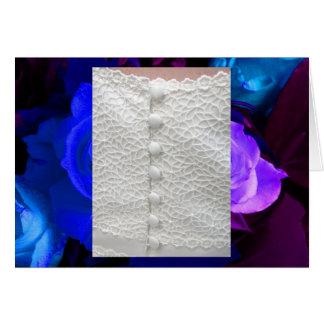 Robe de mariage blanche avec les roses pourpres bl cartes de vœux