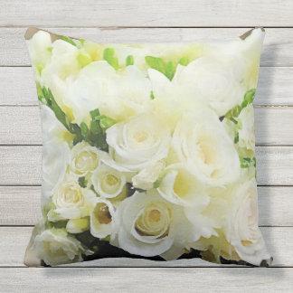 Roses blancs et crèmes floraux coussin d'extérieur
