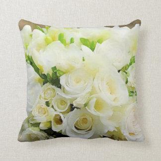 Roses blancs et crèmes graphiques floraux coussin
