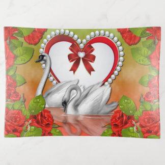Roses de cygnes et plateau de bibelot de coeur de
