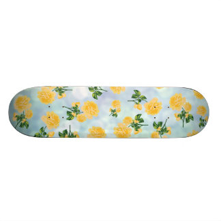 Roses jaunes sur la planche à roulettes bleue de skateboard