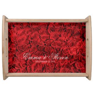 Roses rouges épousant le plateau de portion de