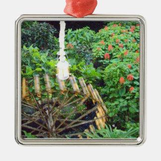 Roue d'eau parmi l'ornement de feuillage ornement carré argenté