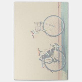 Roue jaune de la bicyclette deux de panier de vélo