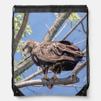 Sac Avec Cordons Eagle chauve non mûr avec un poisson-chat