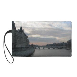 Sac élégant avec le beau coucher du soleil à Paris