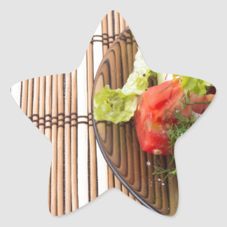 Salade végétarienne des légumes frais sur un sticker étoile