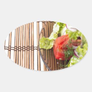 Salade végétarienne des légumes frais sur un sticker ovale