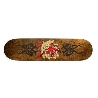 Sautez et tournez le singe de planche à roulettes plateaux de skateboards