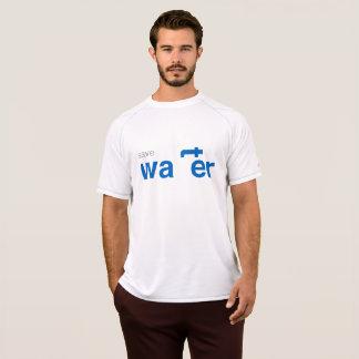 sauvez le T-shirt de blanc de l'eau