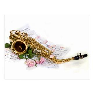 Saxophone, musique de feuille et roses carte postale