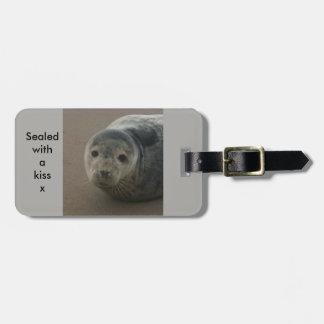 Scellé avec un étiquette gris de bagages de joint étiquette à bagage