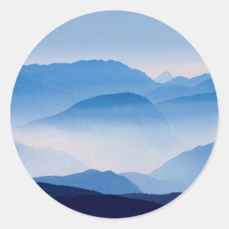 Scène bleue de paysage de montagnes sticker rond