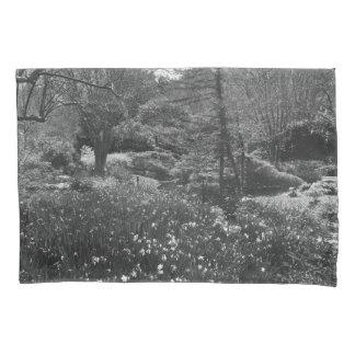 Scène noire et blanche de nature housse d'oreillers