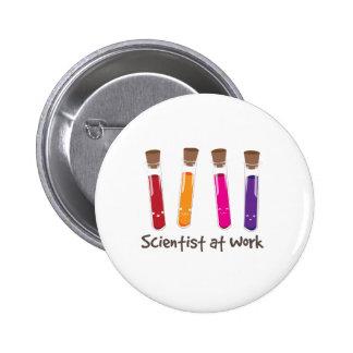 Scientifique au travail badge rond 5 cm
