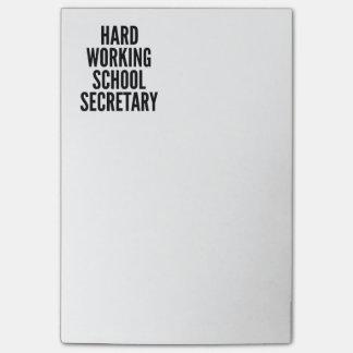 Secrétaire travaillant dur d'école post-it®