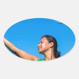 Service colombien de femme avec la raquette de sticker ovale