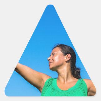 Service colombien de femme avec la raquette de sticker triangulaire