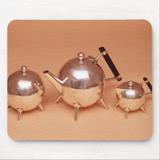 Service de thé avec des intérieurs de jeune truie tapis de souris