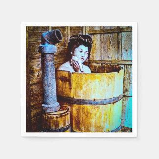 Serviette Jetable Geisha vintage se baignant dans le baquet en bois