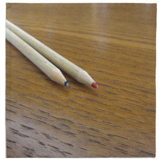 Serviettes En Tissus Deux crayons colorés utilisés sur la table en bois