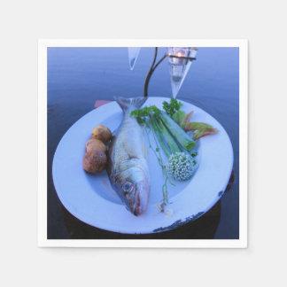 Serviettes Jetables Propager de poisson frais un plat avec des légumes