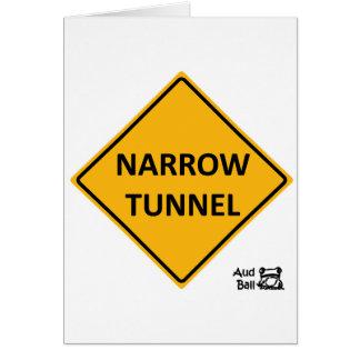 Signe de route étroit de tunnel carte