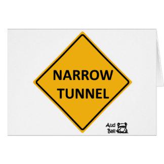 Signe de route étroit de tunnel carte de vœux