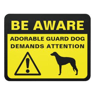 Signe drôle de chien de garde de silhouette