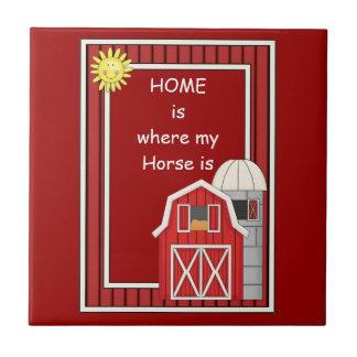 Silo animal rouge de grange et de grain - amant de petit carreau carré