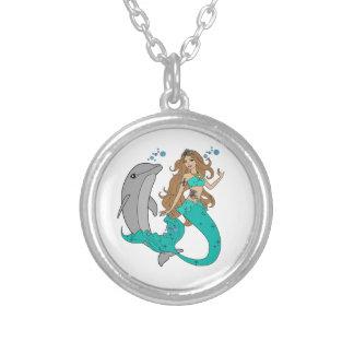 Sirène avec le dauphin collier