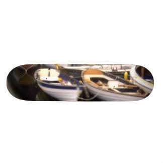 Skateboard Customisable Le brouillard entoure quatre bateaux accouplés