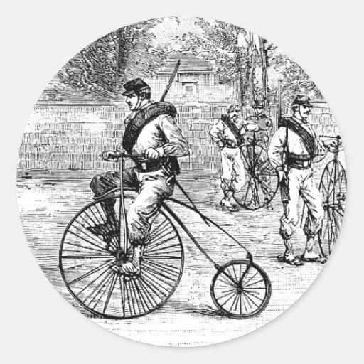 Soldat sur la bicyclette de quart de penny de adhésif rond