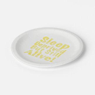 Sommeil déshérité mais encore vivant en jaune assiettes en papier