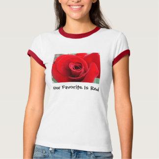 Son favori est T-shirt rouge