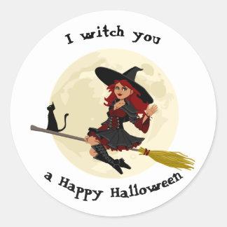 Sorcière amicale de Halloween sur le balai et le Sticker Rond