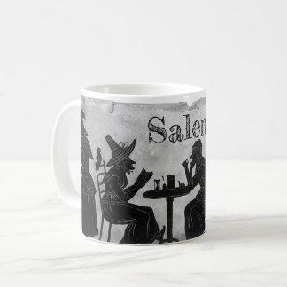Sorcières de Salem cuisant et brassant la tasse de