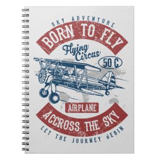 Soutenu pour piloter l'aventure de ciel à travers carnet