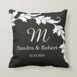 Souvenir noir et blanc de mariage décoré d'un oreillers