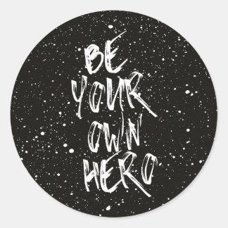 Soyez votre propre citation (noire) de héros sticker rond