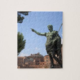 Standbeeld van Roman keizer dichtbij het Roman Puzzel
