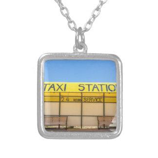 Station jaune de taxi à la côte en Grèce Collier