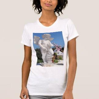 Statue d'ange dans le blanc t-shirts