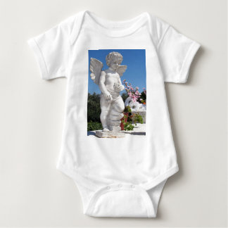 Statue d'ange dans le blanc tee shirt