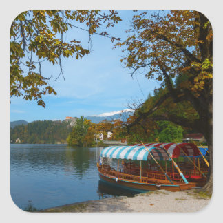 Sticker Carré Bateaux de touristes dans le lac saigné en automne