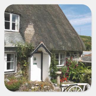 Sticker Carré Cottage couvert de chaume à la photographie de