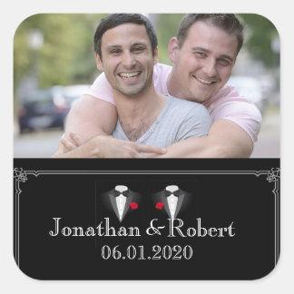Sticker Carré Deux smokings avec le mariage gai de rose rouge