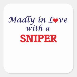 Sticker Carré Follement dans l'amour avec un tireur isolé